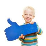 freudiges kind mit bollerwagen